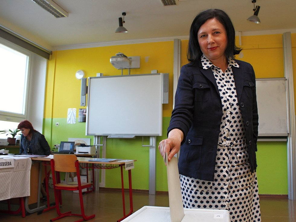 V pátek před osmnáctou hodinou odvolila v třebíčské Základní škole Bartuškova česká eurokomisařka Věra Jourová.