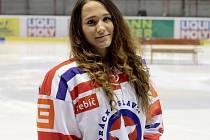 """Hokejová reprezentantka z Třebíče Kristýna Pacalová se netají ani plány do budoucna. """"Chtěla bych hrát s klukama, co nejdéle to půjde a kdyby to šlo, tak nějakou ženskou ligu v zahraničí,"""" řekla sedmnáctiletá studentka."""