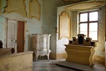 Hradní místnosti. Takto vypadá jedna z místností bývalého panství rodu Chorinských. Hrad Sádek je nyní na prodej. Dříve v něm sídlila škola. Poté, co se odstěhovala, je nemovitost v nabídce realitní kanceláře.