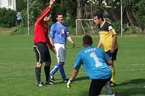 Rozhodčí Michal Kuba na snímku právě vylučuje během utkání v Březníku (v modrém Jaroslav Franěk) brankáře Náměště-Vícenic B Lukáše Pokorného a z následné penalty zvýšil Michal Sobotka.