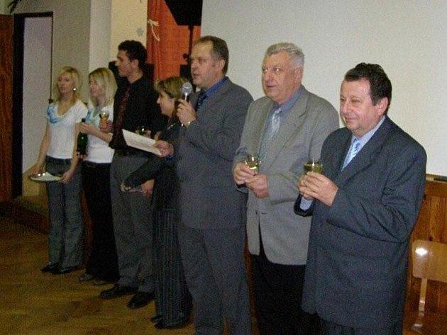 Zprava: Vlastimil Smetana, Libor Smejkal, Josef Svoboda, místostarostka obce Jitka Urbánková, Zdeněk Řepa a hostesky.