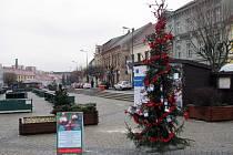 Na Karlově náměstí v Třebíči stojí tradičně i Strom splněných přání Hitrádia Vysočina.
