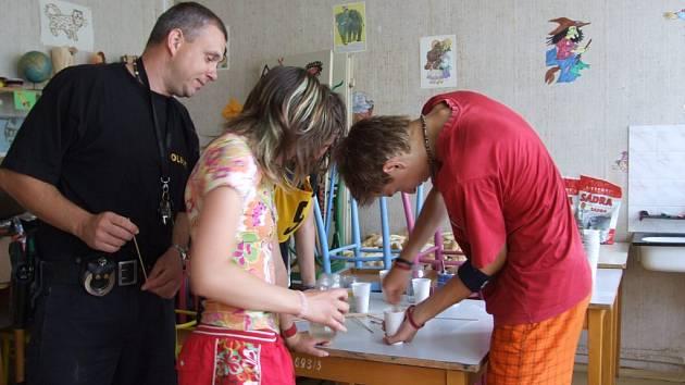 TRASOLOGIE. Děti si pod dohledem zkušeného policisty vyzkoušely odlévání stop ze sádry.