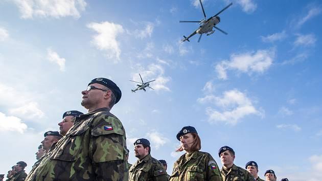 Slavnostní nástup u příležitosti 20. výročí vstupu České republiky do NATO na 22. základně vrtulníkového letectva Sedlec u Náměště nad Oslavou.