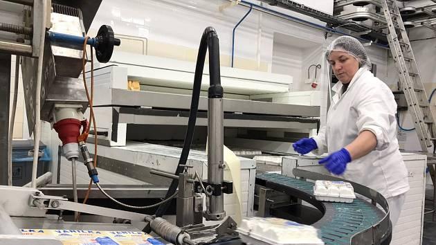 """Výroba zmrzliny poblíž Třebíče už běží naplno. Dominuje zájem o smetanové výrobky. Na snímku je výroba smetanového """"nanukáče""""."""
