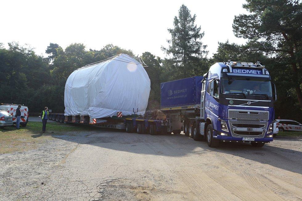Palivové nádrže z třebíčského MICo poveze speciální tahač z Vysočiny přes Moravu na Slovensko.