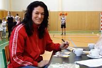 Na sportovním dni se Sazka Olympijským vícebojem měli žáci ZŠ Horka-Domky na Václavském náměstí v Třebíči možnost také získat autogram od bronzové medailistky z Olympijských her 1996 v Atlantě a mistryně světa v trojskoku z roku 1997 Šárky Kašpárkov