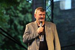 Starosta Náměště nad Oslavou Vladimír Měrka zahajuje 32. ročník Folkových prázdnin.