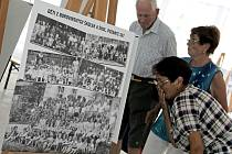 """""""Tady jsem vyfocená. Tady je můj spolužák."""" Podobné radostné výkřiky se ozývaly v bývalé hale obuvnické výroby, kde organizátoři prvního Srazu Boroviňáků instalovali výstavu fotografií z historie čtvrti."""