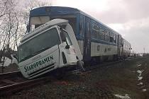 Osobní vlak, jezdící na trati Jemnice – Okříšky, se v pátek dopoledne srazil s nákladním automobilem na železničním přejezdu u Horního Újezdu.