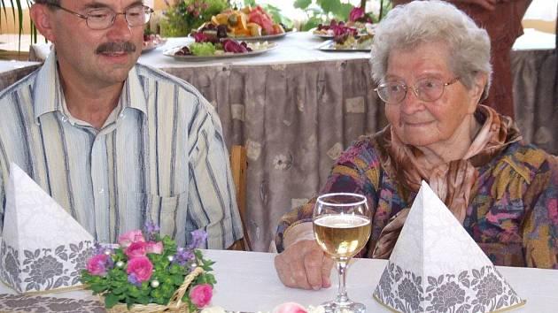 Obdivuhodné sté narozeniny slavila v pátek paní Anežka Petrů ve středisku ČCE v Myslibořicích.