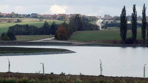 NOVÁ DOMINANTA V KRAJINĚ. Tou se stal rybník firmy Aqueko u Vícenic.