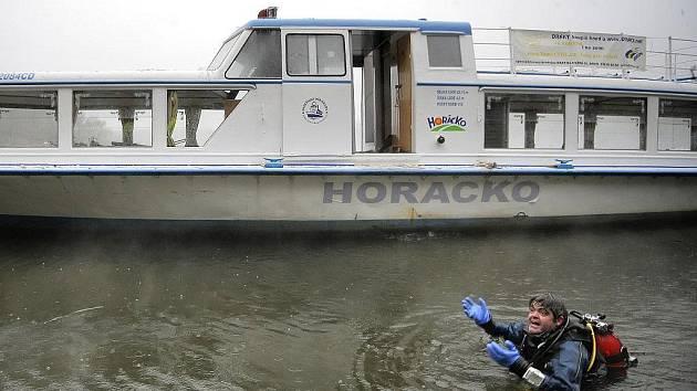 Loď Horácko v pondělí doputovala z Litoměřic na jezero Dalešické přehrady.