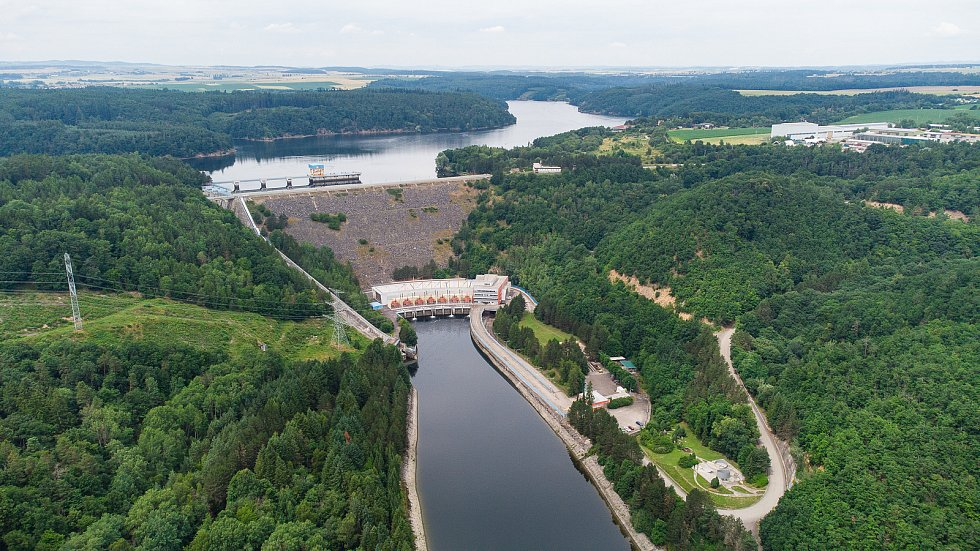 Pohled z výšky na Dalešickou vodní nádrž a vodní elektrárnu Dalešice na Třebíčsku.