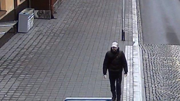 Kdo je na kamerovém záznamu? Policie prověřuje případ vykradené prodejny