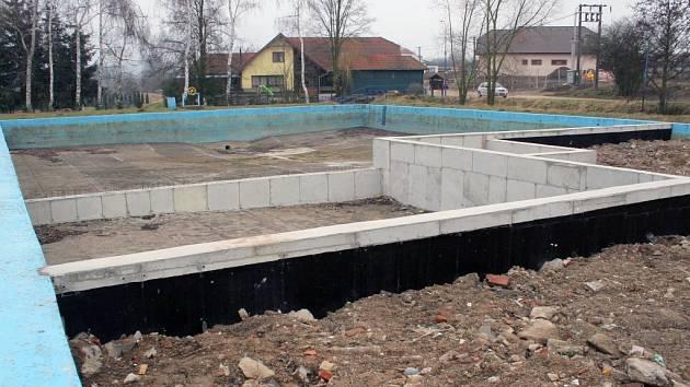 Koupaliště ve Starči je již zčásti zavezené sutí a hlínou. Místo velkého bazénu zůstanou dva menší., pro dospělé plavce a pro děti. Jednou z nových úprav bude i oplocení areálu.