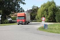 Objížďku úseku Štěpánovice - Výčapy využívají i řidiči náklaďáků, které sem nepatří. Ve Vacenovicích pak požadují snížení rychlosti kvůli zastávce autobusů.