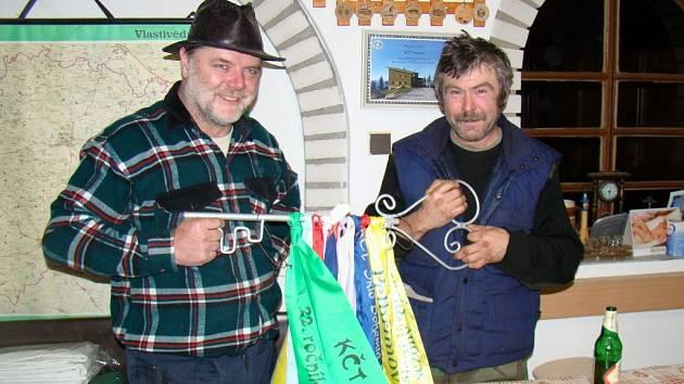 Od krajského klubu letos převzali putovní klíč od jarní sezóny turisté z Trnavy (na snímku zleva člen tamního klubu Zdeněk Adam a předseda František Dlabáč). Významná a již tradiční akce se tam uskuteční za necelé dva týdny.