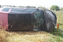 Auto skončilo na boku v poli.