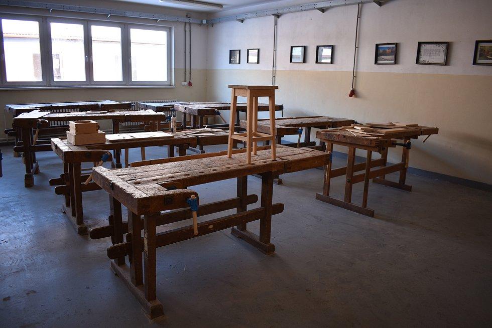 Dílny, kde si učňové zkouší praktickou výuku nyní zejí prázdnotou.