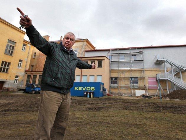 Ředitel Základní školy Otokara Březiny v Jaroměřicích nad Rokytnou Michal Scigiel ukazuje pozemek, na kterém má vyrůst nová tělocvična.