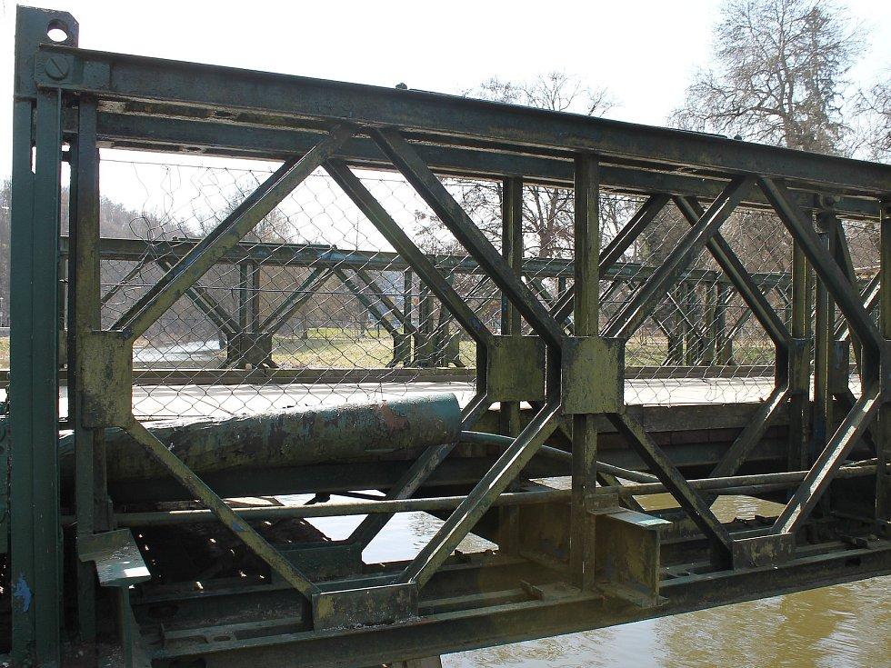 Montovaný most, který funguje v Třebíči od roku 1945 jako lávka přes řeku Jihlavu směr koupaliště Polanka.