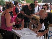 Za dva měsíce se podařilo sesbírat přes sedm tisíc podpisů a dalších více než tři tisíce přinesli či podepsali lidé přímo na místě.
