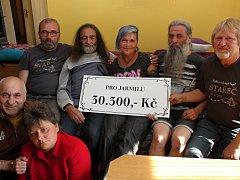 Hasiči ze Starče předali Jarmile Mijovičové 30 300 korun. Jarmila nahoře uprostřed, vlevo nahoře velitel sboru a starosta městyse Čestmír Linhart, pod ním dole Vladimír Mijovič.