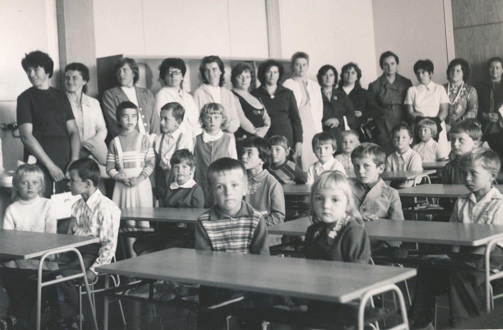 Premiéra. První prvňáčci v nové škole, snímek je z 1. září 1975.