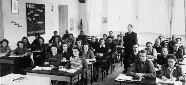 Ekotechnické centrum Alternátor shromáždilo neznámé historické fotografie ztřebíčské čtvrti Borovina izbývalé obuvnické továrny. Kdo rozpozná kohokoli na tomto snímku, ať prosím napíše na adresu ludek.mahel@denik.cz či zatelefonuje do redakce.