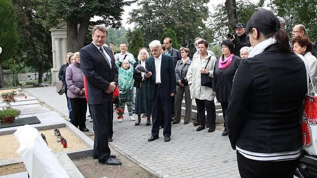 Starosta Jaroslav Soukup společně s akademickou sochařkou Blankou Proksovou odhalili obnovený pomník ve tvaru knihy na básníkově hrobu.