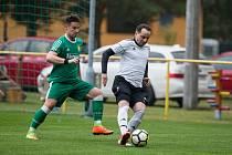 S míčem si Ivo Koníř (v bílém) vždy rozuměl. I díky své vytříbené technice se může i ve svých 43 letech měřit v dresu Dukovan s daleko mladšími protihráči.