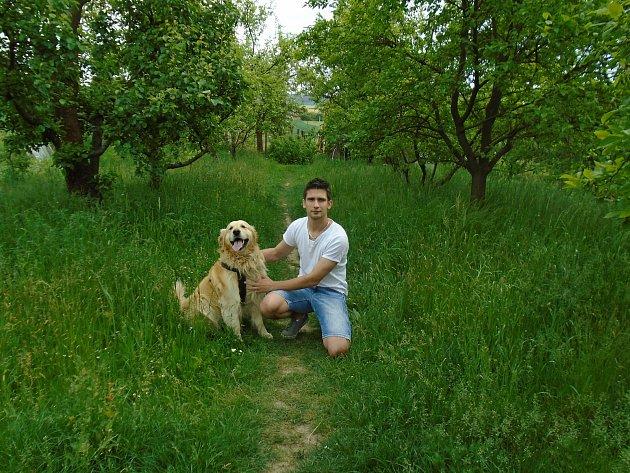 Volné chvíle rád trávím smým psem, zlatým retrívrem Dastym. Po práci či po sportu sním pravidelně vyrážím na procházku do přírody, při které člověk parádně zrelaxuje a nabere nové síly. Všem tenhle oddych doporučuji.