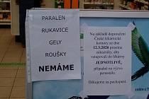 Takto zákazníky informují před lékárnou, která se nachází vedle Albertu v Třebíči ve Znojemské ulici.