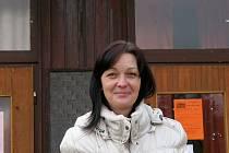 Jarmila Pavlíčková pózuje před sídlem DDM na Hrádku. Zdejší prostory však již dosloužily, nové se nyní připravují v areálu bývalé továrny v Borovině.