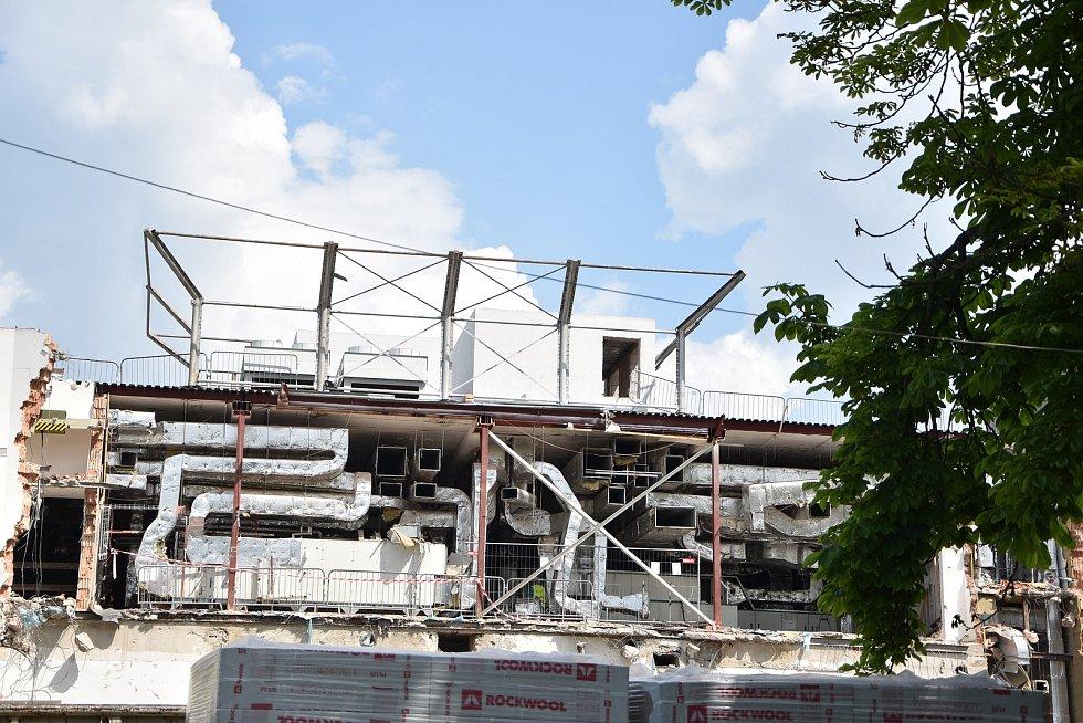 V původní budově museli rozbourat třetí patro kvůli demontáži vzduchotechniky