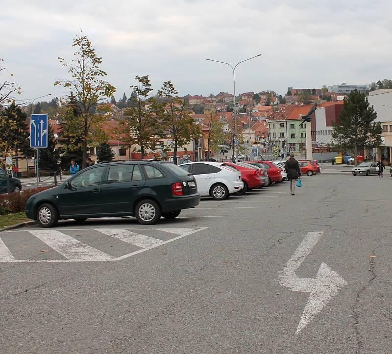 Současná podoba parkoviště na Komenského náměstí v Třebíči.