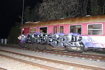 Posprejovaný vlak na třebíčském nádraží.