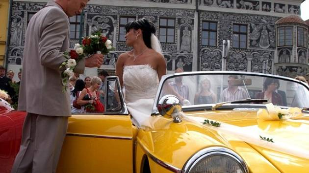 Také Jakub a Zuzana Maternovi si dnes řekli své ano v Třebíči. Byli jedním z osmi párů na Třebíčsku, které zvolily svatbu na včerejšek. Den s datem plným osmiček pro ně znamená slibný začátek.