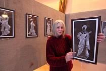 Díla Jany Kaplanové, jejímž celoživotním osudem se stalo divadlo a tanec, můžete zhlédnout v předsálí Národního domu v Třebíči.