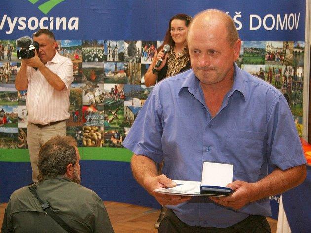 Starosta Krahulova František John si odnáší pamětní plaketu za příkladnou péči o válečné hroby. Ocenění se udílela na slavnostním ceremoniálu v Martínkově.