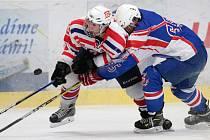 Starší dorostenci Horácké Slavie Třebíč (v bílém) se v domácím utkání s Litomyšlí na vítězství nadřeli.