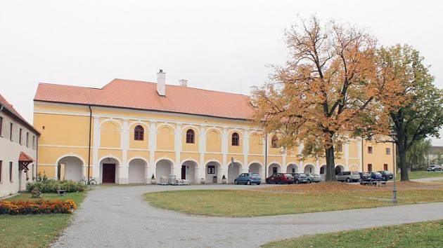 Okříšský zámek má svoji sběratelskou kartu