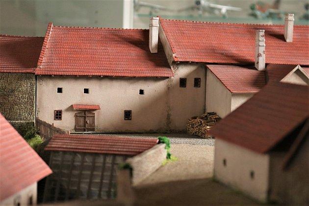Vdomku vPodkláštěří už na zakázku vznikly například modely strahovského kláštera, města Třebíče, historických objektů na Hedvábné stezce a teď dokončili pro muzeum vOstravě zaniklý ostravský hrad, jak vypadal vdruhé polovině 19.století. Když mají mod