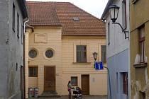 Původní objekt byl postaven v 60. letech 17. století na místě proti tzv. Židovské bráně, kudy se později vstupovalo do ghetta. Dům sloužil v letech 1849 až 1931 především potřebám židovské politické samosprávy.