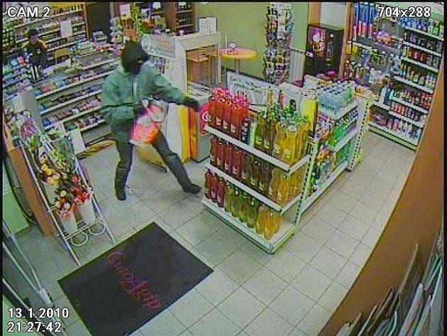 S pistolí v ruce přepadl ve středu před půl desátou večer benzínovou pumpu v Brněnské ulici v Třebíči maskovaný muž.