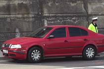 Na křižovatce před úřadem práce v Třebíči v pondělí dopoledne policejní červená Škoda Octavia s měřícím radarem narazila zezadu do policejního vozu VW Transporter, kterým jezdí lidé z oddělení dopravních nehod.