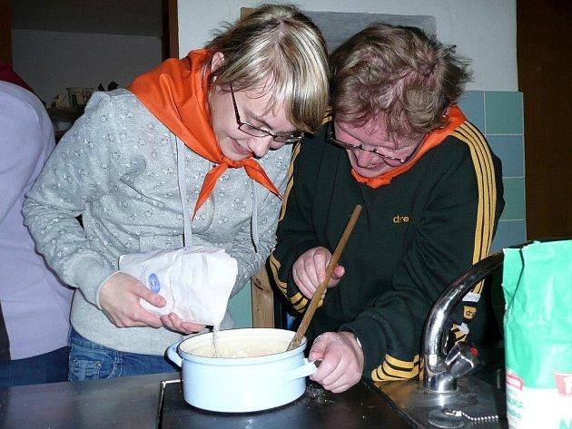 VÍKEND. Při společném víkendu čekalo na studenty i klienty stacionáře Úsměv společné vaření, florbalový turnaj, vyrábění plovoucích svíček i pletení ošatky z pedigu.