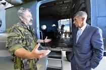 Premiér Andrej Babiš hovoří s náčelníkem generálního štábu Alešem Opatou 22. srpna 2019 při své návštěvě základny vrtulníkového letectva Sedlec ve Vícenicích u Náměště nad Oslavou.