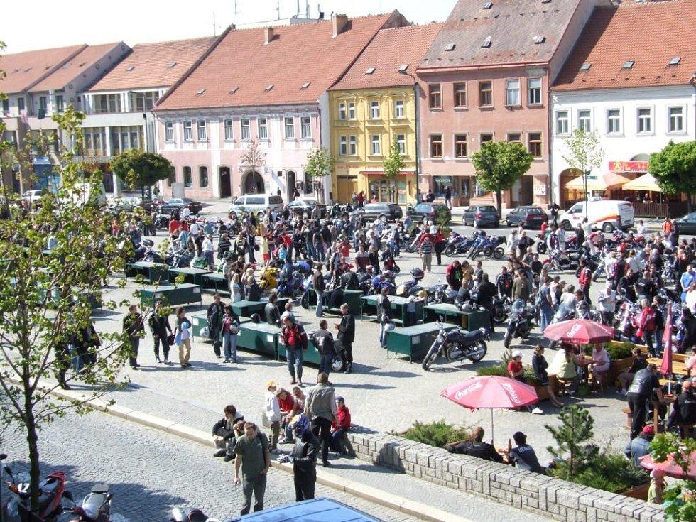 Stovky motorek zaplnily centrum Třebíče.